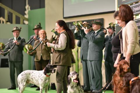 Hundetrainierin Alexandra Weibrecht führt den Gästen verschiedene Jagdhunde vor.