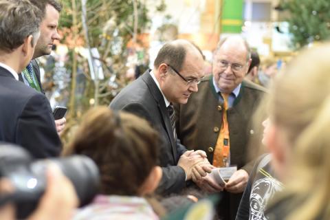 Christian Schmidt MdB, Bundesminister für Ernährung und Landwirtschaft (M.), besucht das Lernort-Natur-Biotop und informiert sich über die heimische Tierwelt. Auch jagdpolitische Themen standen auf der Agenda.