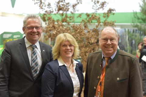 Alois Gerig MdB, Vorsitzender des Ausschusses für Ernährung und Landwirtschaft (l.) und Rita Stockhofe MdB, Berichterstatterin Jagd der CDU/CSU-Bundestagsfraktion (M.) am DJV-Stand.