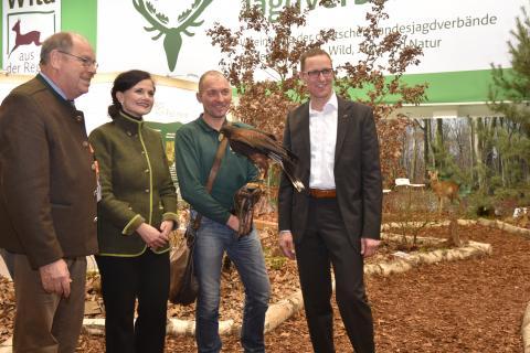 Dr. Roy Kühne (r.), MdB, und Gitta Connemann (2.v.l.), MdB und stellvertretende Fraktionsvorsitzende CDU/CSU Bundestagsfraktion im DJV-Biotop