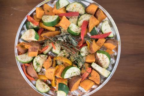 Süßkartoffeln und verschiedene Gemüsesorten würfeln und mit frischen Kräutern würzen