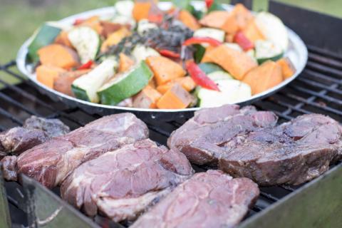 Nackensteaks und Gemüse bei direkter Hitze grillen