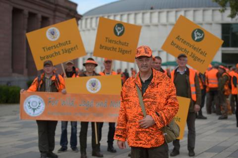 Jäger vor der Demonstration in Wiesbaden. (Quelle: Arnold/DJV)