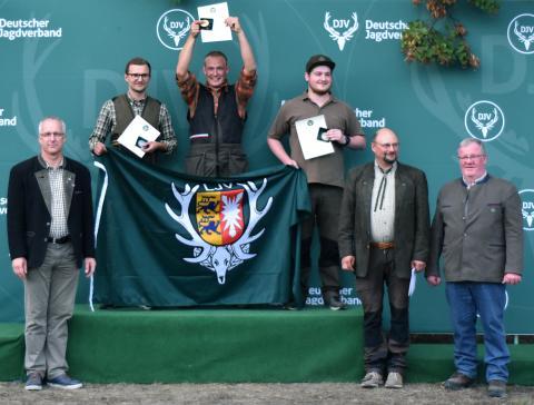 Den ersten Platz in der Juniorenklasse/Flinte belegt Malte Breckling (m.) aus Schleswig-Holstein mit 150 Punkten, gefolgt von Benedict Hirschelmann (l.) aus Nordrhein-Westfalen und Florian Siebert aus Hessen. (Quelle: DJV)