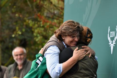 Geteilte Freude ist doppelte Freude: Kristin Sendker-Behrens kurz vor der Siegerehrung (Quelle: Kapuhs/DJV)