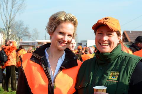 Diese beiden Jägerinnen protestierten bei strahlendem Sonnenschein für ein ideologiefreies Jagdgesetz. (Quelle: LJV-NRW/F.Martini)