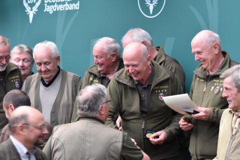 Die Schützen aus Niedersachsen gewinnen mit 1304 Punkten die Mannschaftskombination der Seniorenklasse. (Quelle: Kapuhs/DJV)