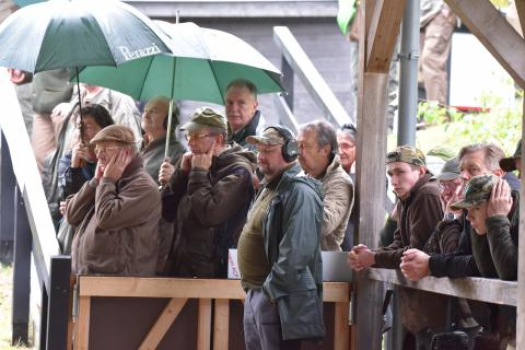 Beim Stechen zwischen Matthias Avenriep und Thomas Schickling aus Niedersachsen war der Trap-Stand trotz des schlechten Wetters gut besucht. (Quelle: Kapuhs/DJV)