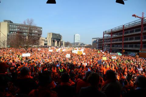 Ein orangefarbenes Protestmeer lauscht gespannt den Stimmen der Redner. (Quelle: LJV-NRW/F.Martini)
