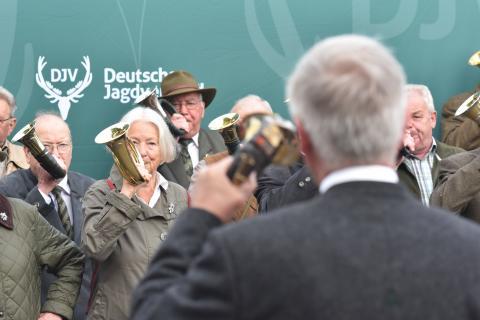 """""""Sammeln der Jäger"""" - Die Jagdhornbläser Winsen, die Bläsergruppen Wulfsen und Buchholz sowie die Bütlinger Jagdhornbläser eröffnen die #BMJS17 musikalisch."""