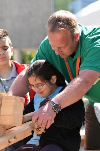 Lernort-Natur-Pädagogen der Marie-Juchasz-Schule (Langelsheim) schnitzten und bastelten mit den Kindern