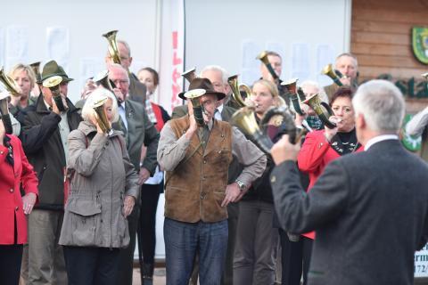 Die Siegerehrung am Donnerstag wurde vom Vereinigten Bläsercorps der Jägerschaft Landkreis Harburg unter der Leitung des Kreis- und Bezirksbläserobmanns Wolfgang Baumgärtner begleitet. (Quelle: Kapuhs/DJV)