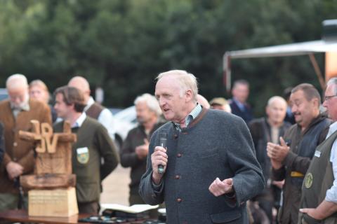 Jürgen Ziegler (Vizepräsident LJN) eröffnete die Siegerehrung der Damen- und Seniorenklasse am Donnerstag. (Quelle: Kapuhs/DJV)