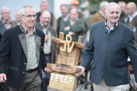 Und der Pokal geht an... (Quelle: Kapuhs/DJV)