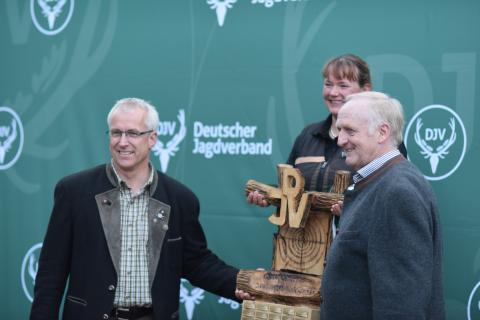 ... Ulrike Junge aus Niedersachsen! (Gewinnerin Kombination Damen) (v.l.n.r. Holger Bartels, LJ Bremen, Ulrike Junge, Jürgen Ziegler, Vizepräsident LJN)