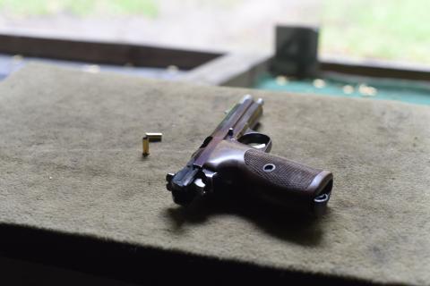 Pistole liegt geöffnet auf dem Schießstand. Die Mündung zeigt immer in Richtung der Scheiben.
