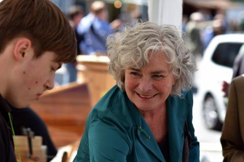 Petra Crone, Jagdpolitische Sprecherin der SPD-Bundestagsfraktion, im Gespräch mit Kindern an einem Lernort-Natur-Stand.
