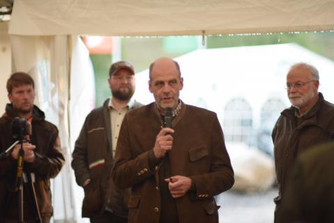 Ernst-Dieter Meinecke (stellv. Präsident Landesjägerschaft Niedersachsen e.V.) eröffnete die Siegerehrung derJunioren- und Altersklasse am Freitagabend. (Quelle: Kapuhs/DJV)