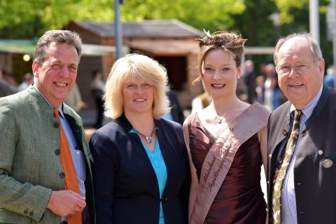 Rita Stockhofe (2.v.l) MdB, Berichterstatterin Jagd der CDU/CSU-Bundestagsfraktion, erkundet mit DJV-Präsidiumsmitglied Helmut Dammann-Tamke (l.), der rheinlandpfälzischen Jagdkönigin Sarah I. (2.v.r) und Hartwig Fischer (r.) die Lernort-Natur-Stände.