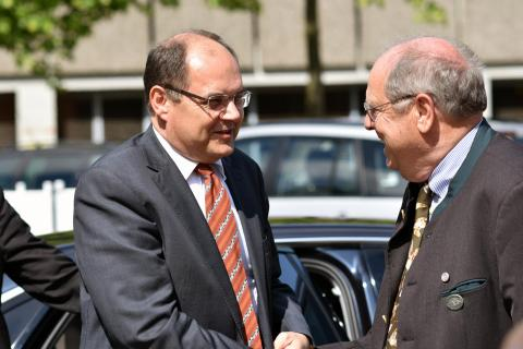 DJV-Präsident Hartwig Fischer empfängt den Bundeslandwirtschaftsminister Christian Schmidt in Wolfsburg (Quelle: Kapuhs/DJV)