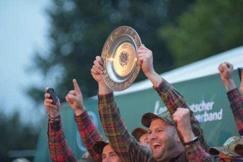 Die Juniorenmannschaft aus Niedersachsen streckt den Pokal voller Stolz in die Höhe (Quelle: Kapuhs/DJV)