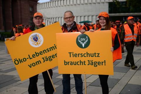 Jäger vor dem Start der Demo in Wiesbaden. (Quelle: Arnold/DJV)