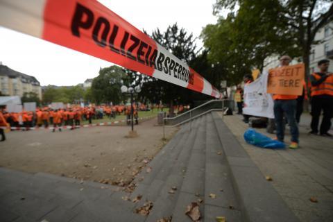 Etwa 15 Gegendemonstranten hatten sich am Kranzplatz in Wiesbaden eingefunden. (Quelle: Arnold/DJV)