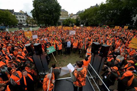 Etwa 3.500 Teilnehmer demonstrieren lautstark gegen die geplante Landesjagdverordnung. (Quelle: Arnold/DJV)