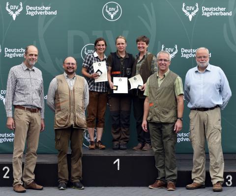 Siegerinnen der Damenklasse Büchse - Bundesmeisterschaft Schießen 2016 (v.l.n.r. Ernst-Dieter Meinecke, Dr. Torsten Krüger, Johanna Eckhardt/Platz 2, Katja Ullrich/Platz 1, Silke Bacher/Platz 3, Holger Bartels, Dirk Schulte-Frohlinde)