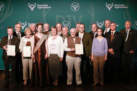 Die Preisträger des Sonderpreises 25 Jahre Lernort Natur und die Jury auf dem Bundesjägertag 2016 in Wolfsburg
