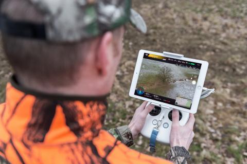 Jäger navigiert Drohne