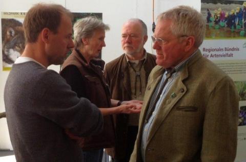Ute Kröger, Wildpark Eekholt, und Dr. B. Schulz im Gespräch mit Vertretern der Jägerschaft