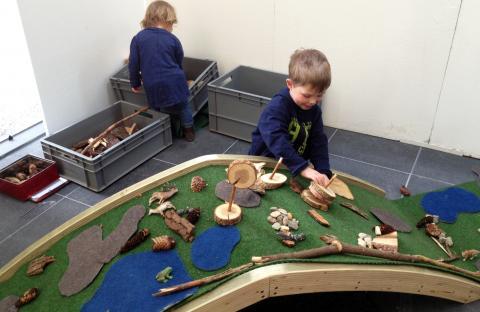 Kinder beim Gestalten einer Grünbrücke