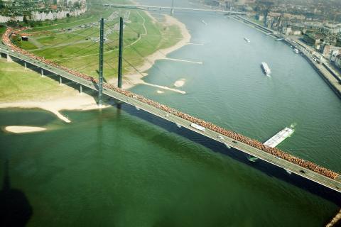 Ein Ereignis der Superlative: Die Rheinkniebrücke reicht nicht aus für alle Demonstranten. (Quelle: Gillessen/DJV)