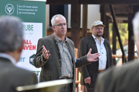 DJV-Präsidiumsmitglied Holger Bartels eröffnet die Bundesmeisterschaft 2018. (Quelle: Kapuhs/DJV)