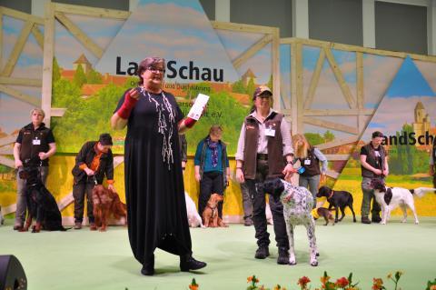 Hundetrainerein Alexandra Weibrecht (re.) brachte dem Publikum auf der Bühne die verschiedenen Jagdhunderassen näher. (Quelle: DJV)