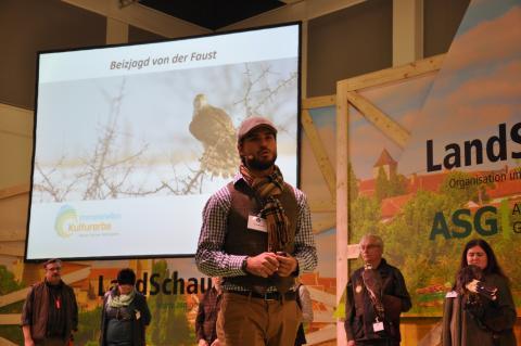 ...und erklärte auch auf der Bühne alle wichtigen Details zur Falknerei. (Quelle: DJV)
