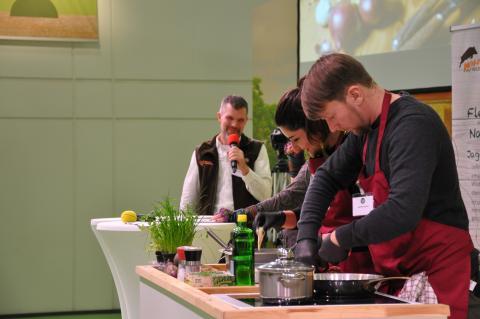 und Sebastian Kapuhs (re.) verköstigten die Besucher mit Wildgerichten. (Quelle: DJV)