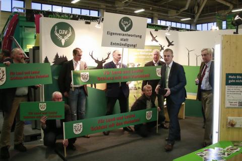 IGW2015 Johannes Remmel am Stand des DJV