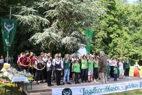 Das Abschlussblasen mit den Jugendlichen des Bundeswettbewerb Jagdhornblasen in Kranichstein 2017  (Quelle: DJV)