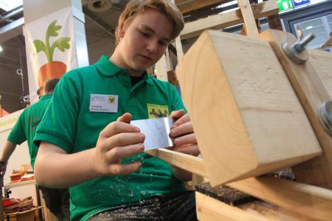 Die selbst gefertigte Schnitzbank nutzen die Schüler für den Feinschliff