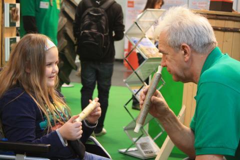 Fachpraxislehrer Wolfgang Ritzke baut mit Kindern aus einfachen Materialien nützliche Gegenstände