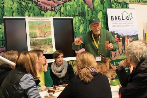 Lernort-Natur Referent Hans Schild stellt Pädagogen im Fachforum die Bildungsinitiative vor.