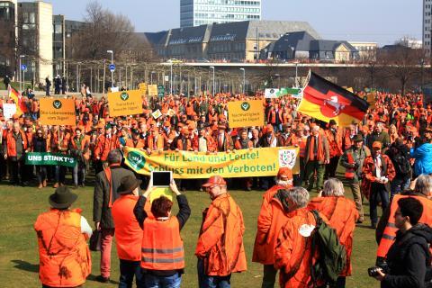 Der Demonstrationszug erreicht den Landtag. (Quelle: DJV)