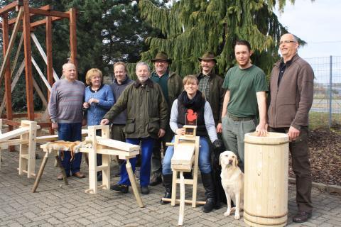 Die Teilnehmer des Lernort-Natur-Seminars mit fertigen Schnitzbänken und Kalträucherofen (Quelle: DJV)