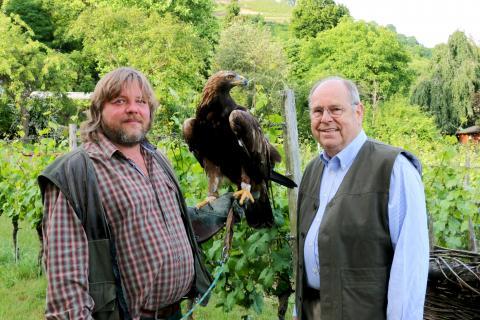 DJV-Präsident Hartwig Fischer und Falkner Hans-Peter Schaaf mit Steinadler.