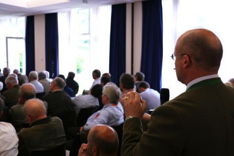 Alexander Michel, Geschäftsführer des LJV Hessen, und weitere Teilnehmer beteiligen sich aktiv an der Diskussion.