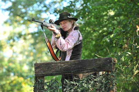 Jägerin auf Hochsitz