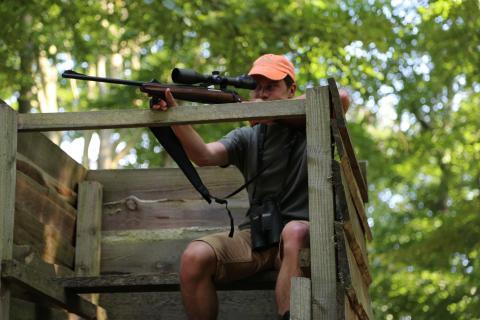 Hochsitze ermöglichen eine sichere Jagdausübung. (Quelle: DJV)