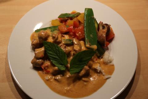 Wildbret kann mehr sein als klassischer Braten mit Knödel und Rotkraut: Thai-Curry aus der Frischlingschulter.  (Quelle: djv)